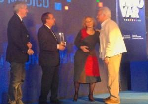 Entrega-de-premio-a-Saravia-2014
